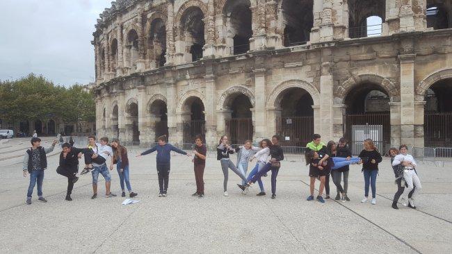 Les troisièmes font le show devant les arènes de Nîmes